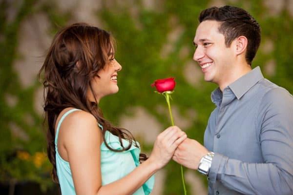 homem dando flores para uma mulher