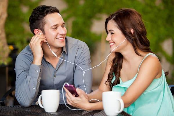 homem e mulher flertando