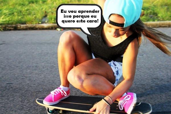 mulher aprendendo a andar de skate para reconquistar um homem