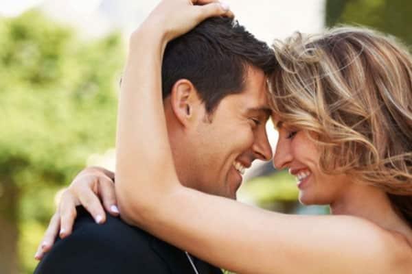 mulher sorrindo com homem